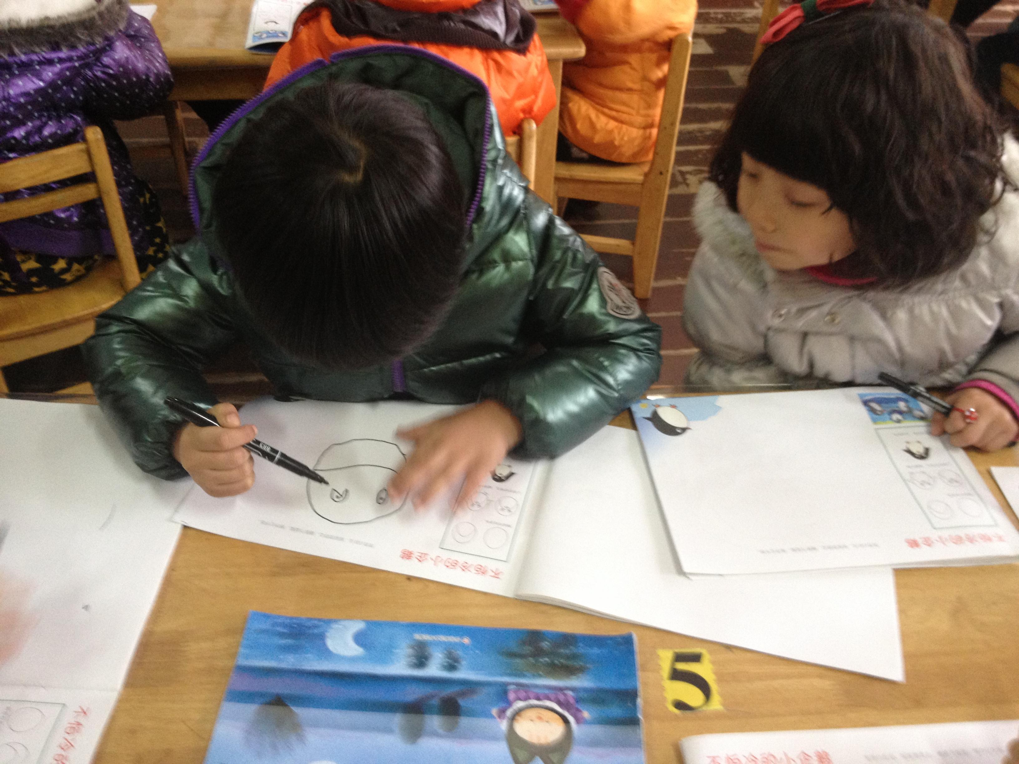 教學目標:   1.體會合作繪畫的樂趣?! ?2.讓幼兒學會畫企鵝的正面像,并嘗試畫企鵝的不同面?! ?活動準備:   CD、磁帶、白紙、畫筆等?! ?活動過程:   1.進入活動場地?! ?師:今天老師準備帶著小朋友一起去南極看看企鵝寶寶,你們想不想去呀?(放音樂《小企鵝真漂亮》,師幼一起邊唱邊跳進入活動室。)   2.導入:看小企鵝波波出生的過程(小企鵝出生的幻燈片),激起幼兒的興趣?! ?A.師:好,我們一起來看看小企鵝。師放片段?! ?B.師:小朋友,剛才請你們看了電影,有誰來告訴老師小企鵝波波