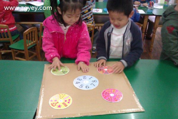 区角游戏是教师根据幼儿的兴趣和发展的需要,在幼儿园中为幼儿设置一定的教育环境即区域,让幼儿通过主动活动来学习,从而促进幼儿全面和谐发展。区角游戏活动的安排、设计,环境的创设,材料玩具的提供,要适合幼儿的年龄特点,我们班根据幼儿的心理和年龄特点设置了几个区域,如生活区有编织、系鞋带等,训练幼儿小肌肉,增强手眼协调以及手指动作灵活能力。表演区有供幼儿表演的服装、道具音乐等,学习用动作表现音乐,按照音乐的内容、节拍进行有趣的表演或游戏,加深对音乐的理解和感受能力,培养幼儿活泼乐观的情绪,陶冶他们的情操。在美工区