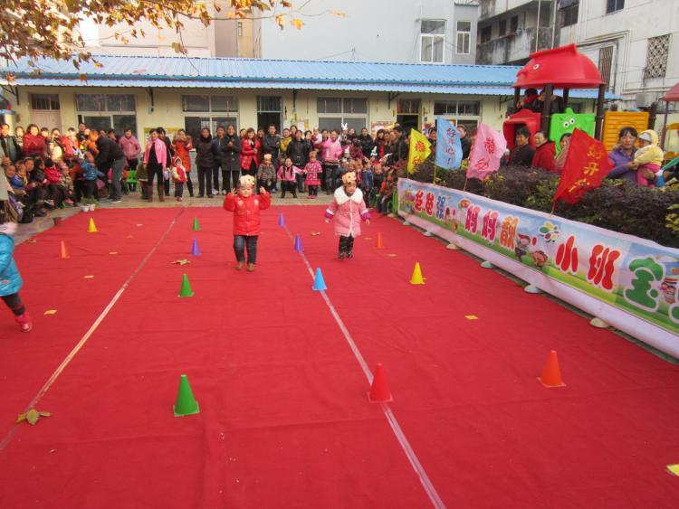幼儿园举办了小班亲子游戏活动,早操表演和游戏活动场面热烈,孩子们和
