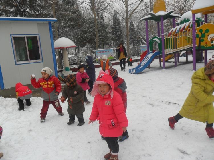 12月21日早上,肥城市迎来了入冬的第一场大雪,七点多钟老师们就赶到了幼儿园,清扫积雪,疏通道路,为孩子和家长们的安全保驾护航。为了抓住这一良好的教育契机,让孩子充分体验到玩雪的快乐,入园晨检结束后老师们便安全有序地把各班孩子一起组织到院子里,孩子们堆雪人、打雪仗,追逐嬉戏、欢呼跳跃,整个幼儿园欢乐洋溢。瞧!雪地里,大班的孩子们和老师们一起兴致盎然的堆雪人,尽情的去堆自己心目中的雪天使;中班打雪仗的游戏孩子更是兴高采烈,他们用自己独特的方式表达自己对老师和小朋友的喜爱;小班踩脚印的游戏让幼儿园院子里留下