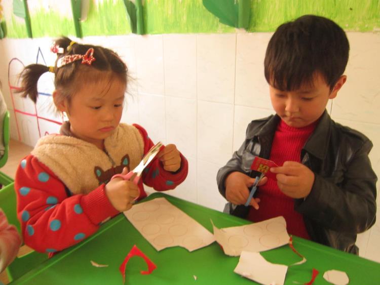 手工活动《毛毛虫》-定远县粮食局幼儿园