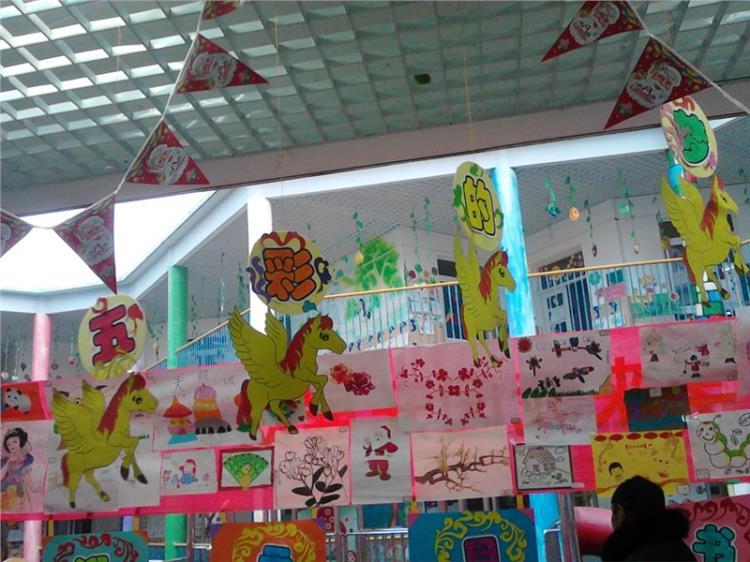 中国梦 合肥玉兰康利幼儿园迎新年书画艺术展 小龙辞岁,好凭妙手书鹏赋;骏马迎春,当显雄才唱大风。在这辞旧迎新的岁末之际,为了表达孩子们对新年的美好祝愿,同时也给他们一个充分展示自我的舞台,2013年12月24日,我园开展了以中国梦为主题的迎新年书画作品展。   合肥玉兰康利幼儿园教职工、幼儿以及家长们充分利用休息时间,拿起手中的笔挥洒一番,创作出一幅幅佳作,用书画作品为旧年作完美的注脚,为新年开启精彩的篇章。  通过此次画展,表达了幼儿以及家长对美好生活的向往,抒发了对作画梦想的追求,也讴歌了对幸福