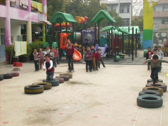 幼儿园废物利用手工制作大推车