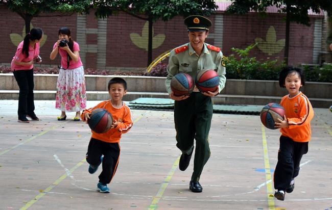 我们与解放军叔叔进行拍球比赛-手拉手,军幼共联欢