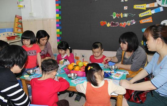 为了增进幼儿园与家庭间的联系,帮助家长更深地了解幼儿在园的学习生活情况,进一步加强家园之间的协调配合,促进孩子的发展。芳村儿福会幼儿于4月17、18、19三天举行每学期一次的家长开放日活动,向家长如实展现孩子在园的学习和生活情况。 本次开放日最大的特点就是邀请家长们一同参加到孩子的学习、游戏中,让他们一同感受在玩中学,在学中乐的教育理念。瞧,小一班的孩子和家长们在老师的?#20613;?#19979;,利用废旧的长袜子和报纸,制作出可爱、有趣的毛毛虫。活动中孩子们情绪愉快,动手能力、表现能力、良好习惯得到了充分的展现,家长们也对