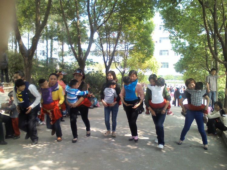 市幼儿园组织亲子春游活动