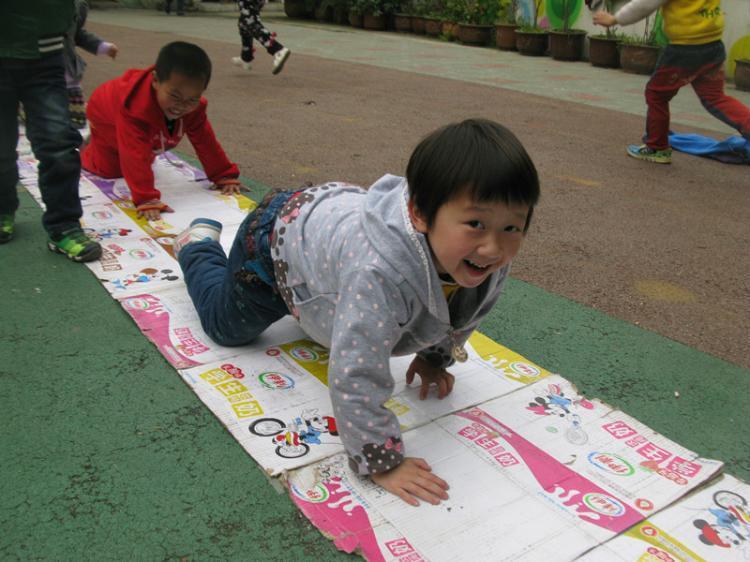 """市幼儿园户外活动中""""自制体育器械""""乐趣多"""