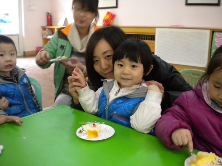 本学期的生日会由幼儿园中班级部组老师组织,本月的生日会分为五个