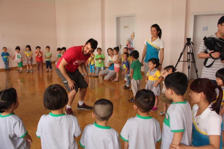 外教走进幼儿园 课堂学习氛围显浓厚