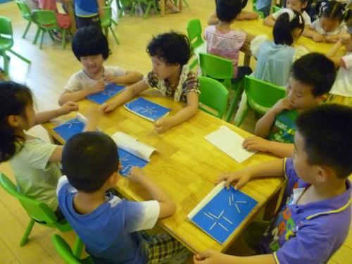 火柴棒摆形状,孩子们与老师一起拼摆出可爱的动物形象,喜悦,自信,震撼