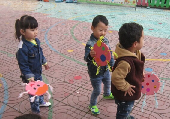 晨间活动《玩飞盘》-定远县粮食局幼儿园