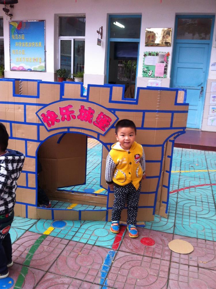 """利用废旧物品纸箱,饮料瓶,麻绳等材料制 作了:""""智慧迷宫"""",""""快乐城堡"""""""
