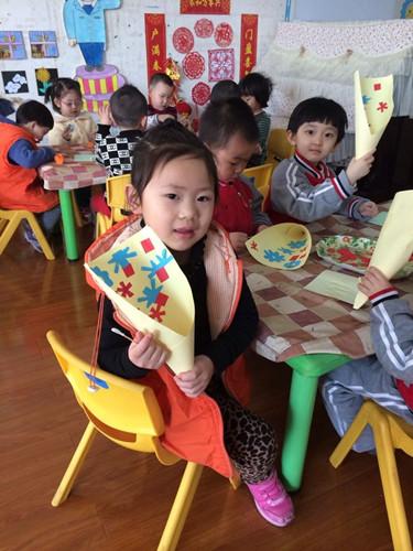 幼儿园特意制定了亲子活动——手工制作《美丽相框》.
