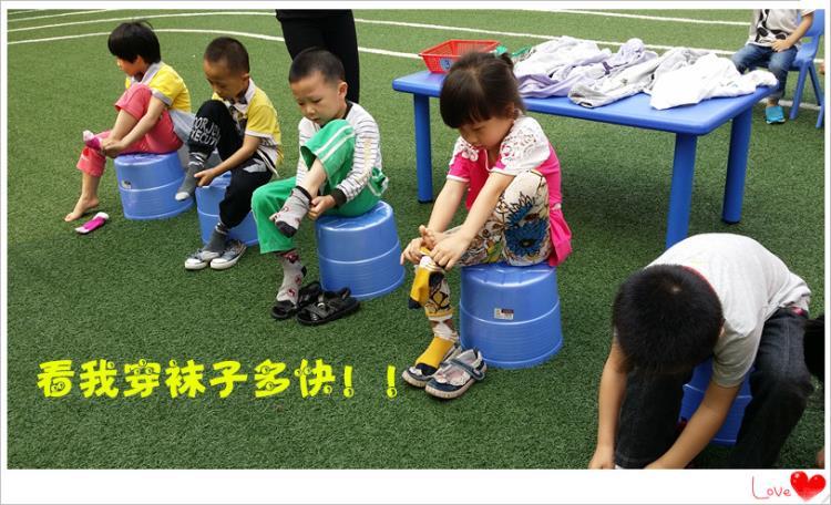 比赛开始,听到老师哨子声一响,参赛幼儿马上开始认真穿鞋袜和衣服.