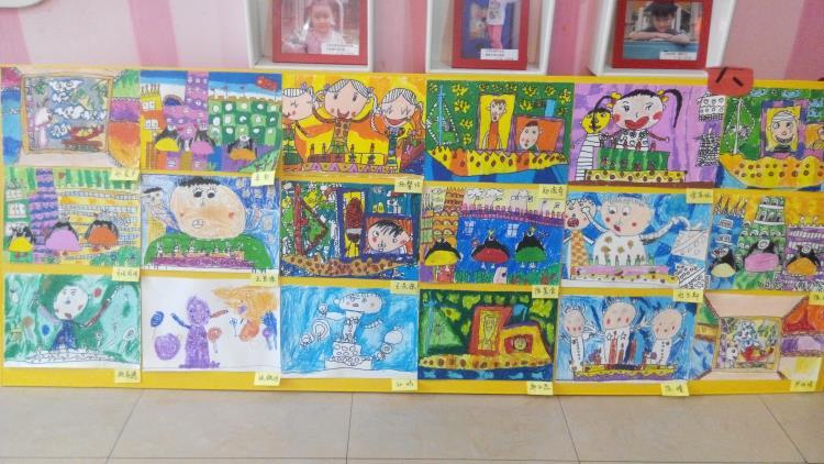 作品陈列在一块块展板上,孩子的作品多样,内容丰富,充分体现了幼儿