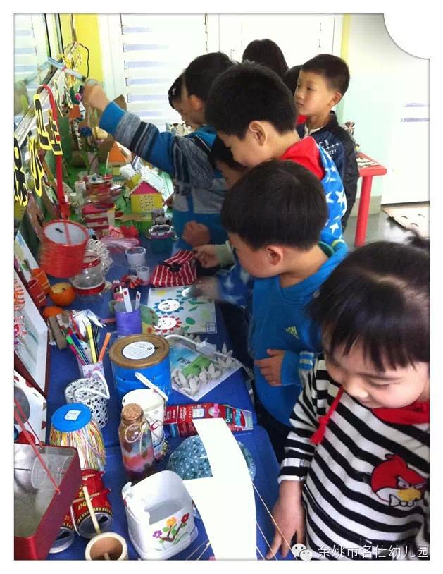 在我们的生活中常有这样的现象:漂亮的包装盒不知该如何处理,用完了的包装盒最后只是丢进了垃圾筒;家中的各类玩具应有尽有,装了几大箱,而对于动辄上百的玩具,孩子们买来之后也只是一时兴起,其实我们生活中的任何废旧物品只要把它简单的处理一下,就能成为孩子们创意十足的物品,即环保又节俭,而且还能开发孩子们的思维,同时也有效的利用了这些废旧物品,何乐而不为呢! 针对该种情况,我们设计了一次亲子环保手工制作活动。