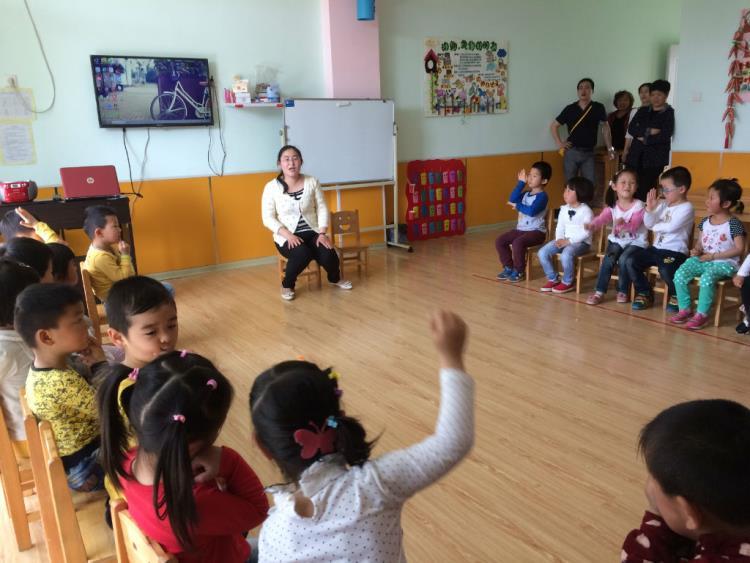 幼儿园半日的活动流程:晨接,晨检,早操——活动前准备(入厕)——第一