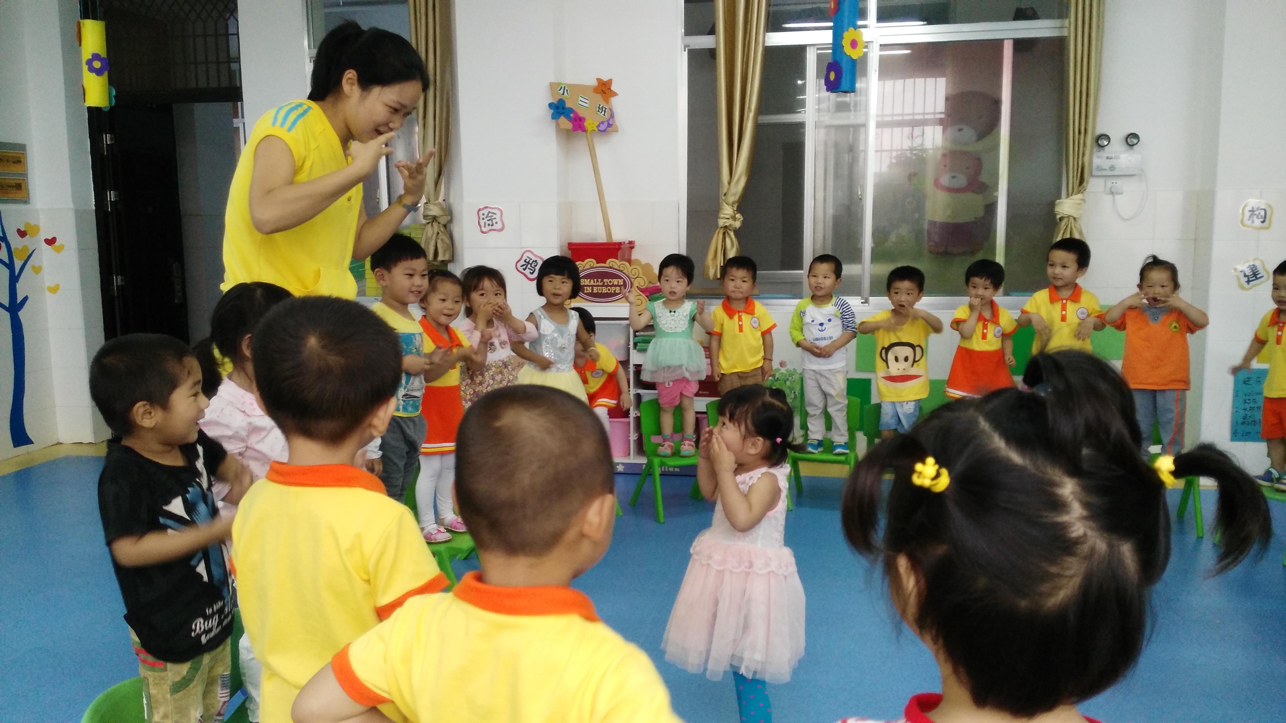 为了让幼儿积极参与听说游戏,在游戏中能遵守游戏规则,坚持注意倾听和念诵儿歌,并且能用身体动作大胆表演表演,做到发音的准确性,2015年6月2日,小三班上了一堂关于《小老鼠玩游戏》的语言活动。 看!孩子们在认真地观看手指游戏,学习游戏儿歌,他们看着老师有表情地边念儿歌边表演手指游戏,小老鼠,上灯台,偷油吃,下不来,喵喵喵,猫来了,叽里咕噜滚下来。孩子们扮演者小老鼠一边念儿歌一边站上自己的椅子,当念到喵喵喵,猫来了时,小猫出来捉老鼠,小老鼠要赶快跳下椅子,否则就算被猫捉住了。 教师还通过请个别幼儿当猫,