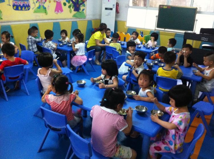 快乐进餐-望月湖幼儿园